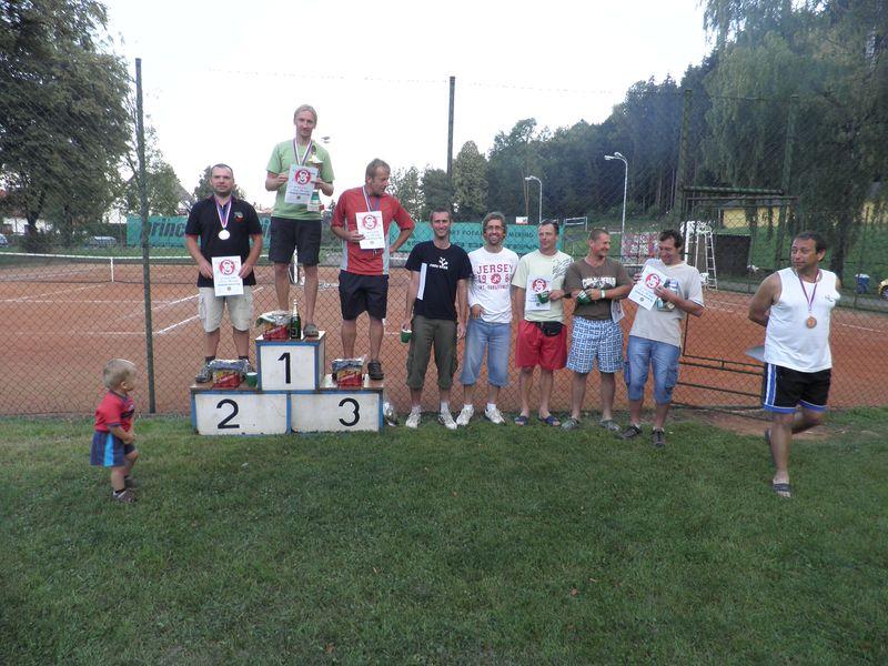 Společné foto účastníků tenisové ligy